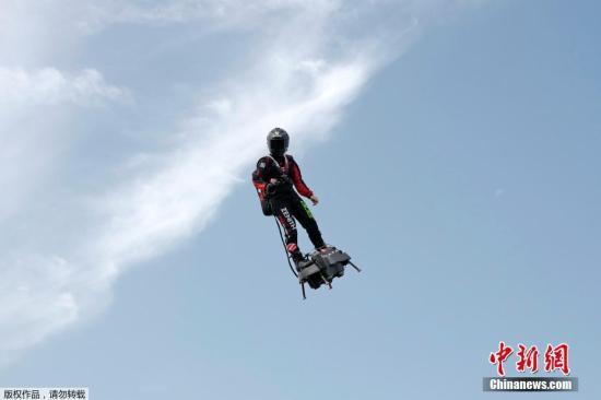 """当地时间7月24日,法国加莱圣英格利沃特机场,在法国国庆阅兵式上一飞成名的国际喷气滑雪冠军弗兰克・扎帕塔方案""""驾驭""""令他名声大嗓的创造""""悬浮滑板""""穿越英吉利海峡,以庆祝英法初次飞翔110年。他方案从法国桑加特穿越英吉利海峡前往多佛,但法国海警局对他的应战方案持审慎情绪。"""