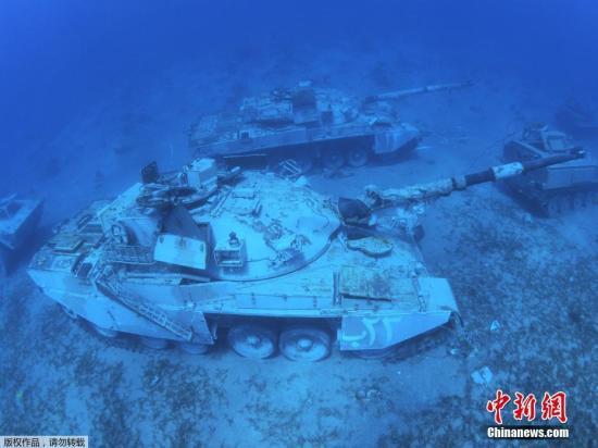 据美国《世界日报》7月25日消息,约旦武装部队在南部港口城市亚喀巴海岸沉没军用车辆和直升机,将作为新的水下军事博物馆的一部分◘◆‒❘。
