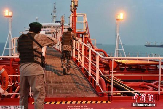 资料图:图为7月25日消息,一组英国被扣油轮照于24日公开,照片中伊朗快艇绕油轮巡逻,革命卫队持枪上船。