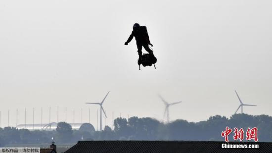 """当地时间7月25日,法国加莱海峡省桑加特,世界喷气滑雪冠军弗兰克·扎帕塔""""驾驶""""飞行滑板(flyboard),开始挑战穿越英吉利海峡。此前,弗兰克·扎帕塔曾""""驾驶""""飞行滑板在法国国庆日阅兵式上表演飞行节目,一飞成名。"""