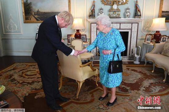 資料圖:英國首相鮑里斯·約翰遜和女王伊麗莎白二世。