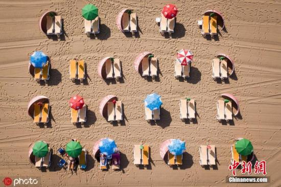 当地时间2019年7月24日,荷兰斯韦宁根海滩,热浪席卷欧洲,民众扎堆海滩度假。图片来源:ICphoto