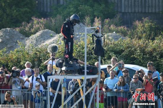"""资料图:当地时间7月25日,法国加莱海峡省桑加特,世界喷气滑雪冠军弗兰克·扎帕塔""""驾驶""""飞行滑板(flyboard),开始挑战穿越英吉利海峡。"""