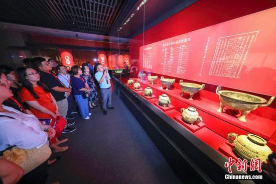 资料图:参观者正在参观青铜博物馆。张云 摄
