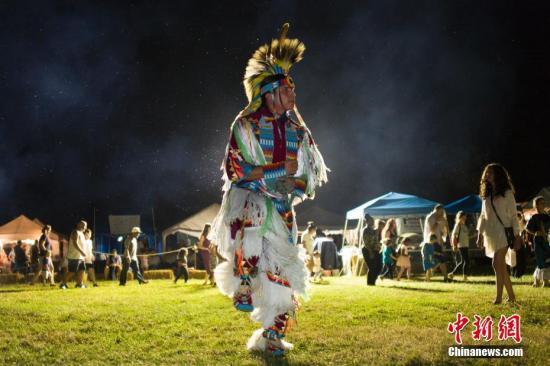 当地时间7月26日,印第安人仲夏歌舞庆典在纽约市皇后区农场博物馆举行,来自美国不同地域的印第安人以歌舞和服饰与纽约民众分享印第安文明。<a target='_blank' href='http://www.chinanews.com/'>中新社</a>记者 廖攀 摄