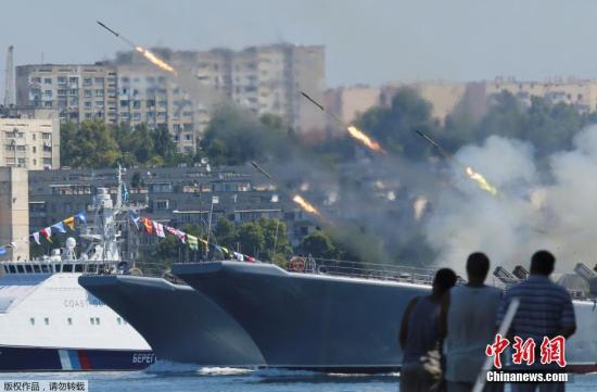 当地时间7月26日,俄罗斯海军在黑海举行海军日阅兵彩排,多种军舰和武器集中亮相。