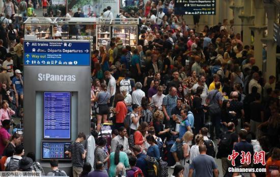 资料图:当地时间7月26日,乘客在英国伦敦圣潘克拉斯国际车站等待从伦敦到巴黎的欧洲之星列车。当日,往返于伦敦和巴黎之间的欧洲之星列车因接触网受损而停止运行。据报道,此次欧洲之星列车的接触网故障与席卷欧洲的热浪有关。