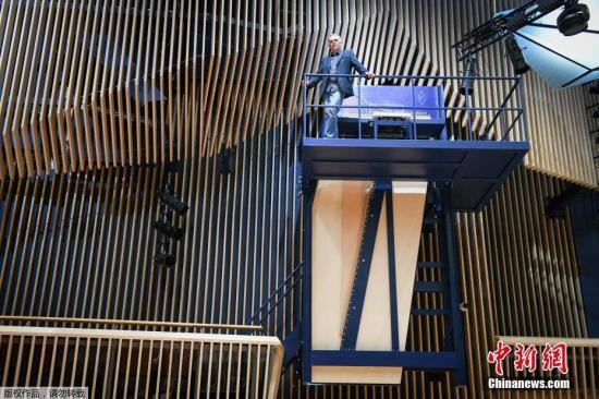 """据中媒克日报导,德国一位造琴师制作了一约4.5米的年夜钢琴,固然还没有得到凶斯天下记载确认,但报导称信赖那是""""环球最年夜的年夜钢琴""""。今朝,那台年夜钢琴装置正在推脱维亚新建的一个音乐厅悄上,钢琴师必需爬梢3的峻峭梯级迪苹处阳台,才气抚琴。"""