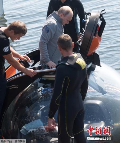 当地时间7月27日,俄罗斯总统普京搭乘潜水器潜入波罗的海水下,查看了一艘在二战期间沉入海底的苏联潜艇残骸。