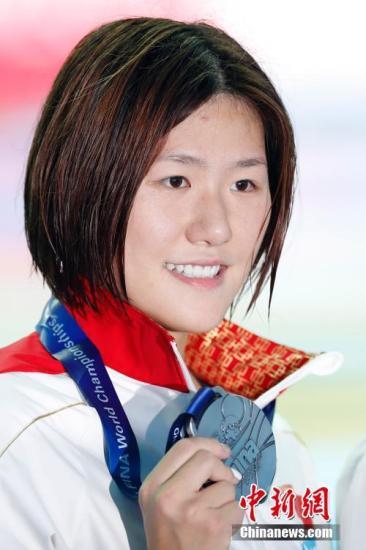 7月28日,在韩国光州举行的2019国际泳联世界游泳锦标赛女子400米个人混合泳决赛中,中国选手叶诗文以4分32秒07的成绩获得银牌。叶诗文手持奖牌。<a target='_blank' href='http://www.chinanews.com/'>中新社</a>记者 韩海丹 摄