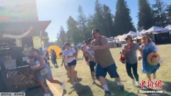 资料图:当地时间2019年7月28日,美国加州美食节一枪手随机扫射,游客慌忙躲避子弹。