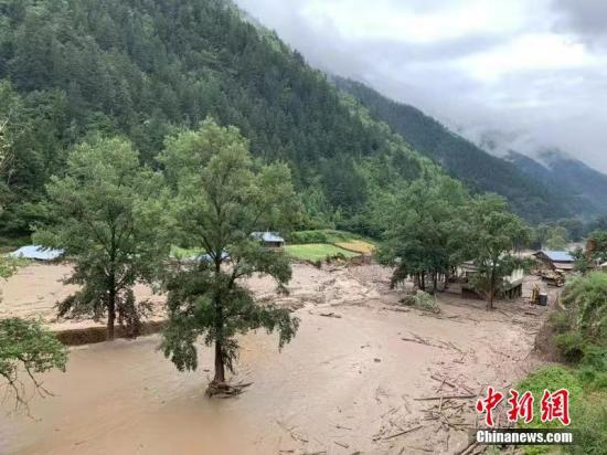 资料图:7月29日,甘肃迭部县发生山洪灾害。甘南消防供图