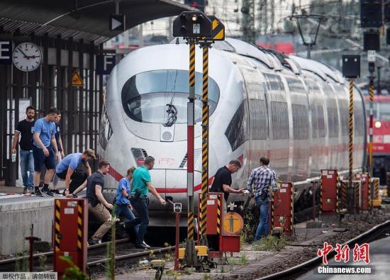 当地时间29日上午,德国法兰克福火车总站一列火车进站时,一名40岁男子将一名8岁男童推下铁轨,导致其当场遇难。