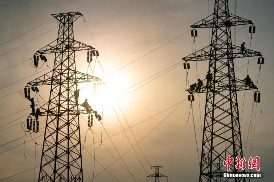 资料图:电力工人高温天气在高空工作。毛强 摄