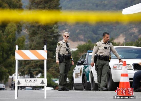 当地时间7月29日,美国加利福尼亚州吉尔罗伊警方透露,28日傍晚发生的吉尔罗伊大蒜节枪击案的枪手为19岁男子桑蒂诺·威廉·莱根。包括枪手在内,枪击事件共造成4人死亡,12人受伤。图为事发现场被警方封锁。中新社记者 刘关关 摄