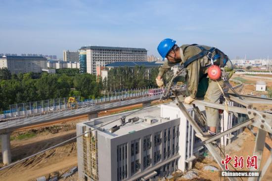 资料图:电力工人抢修供电工作。毛强 摄