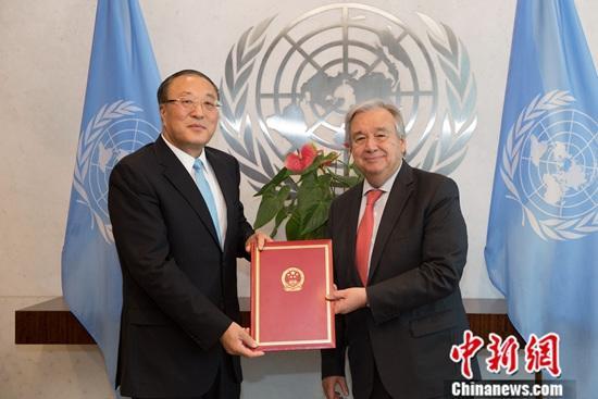 当地时间7月30日,中国新任常驻联合国代表张军在纽约联合国总部,向联合国秘书长古特雷斯递交全权证书。中新社记者 廖攀 摄