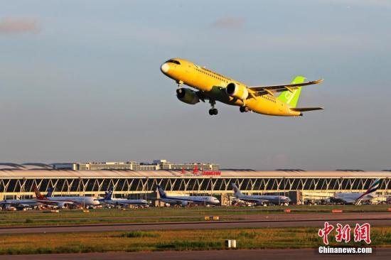 资料图:中国商飞C919大型客机104架机完成首次试验飞行。中新社记者 殷立勤 摄