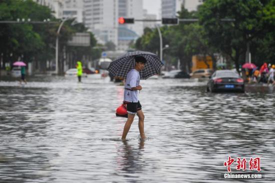 """8月1日,海南海口受台风""""韦帕""""影响,多路段积水成""""泽国""""。骆云飞 摄"""