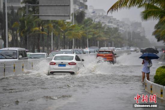 """资料图:台风""""韦帕""""到来,车辆涉水通行。骆云飞 摄"""