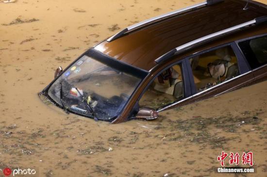 8月1日,河南鄭州突降暴雨,多條道路積水。圖片來源:ICphoto