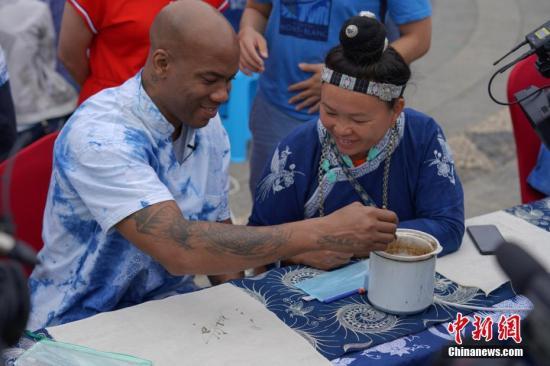 马布里在�贵州丹寨体验非遗苗族蜡染工艺。/p中新』社记者 贺俊怡 摄