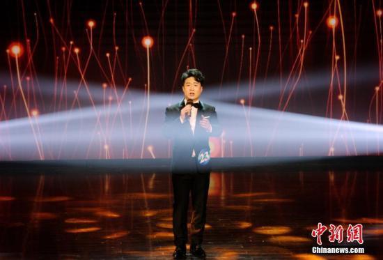 新加坡选手庄杰演唱原创歌曲《梦想圆舞曲》。 a target='_blank' href='http://www.chinanews.com/' 中新网/a记者 李霈韵 摄