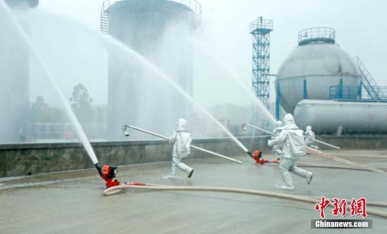 材料图:广西消防救济总队举办伤害化教品变乱处理演示。 李凯 摄
