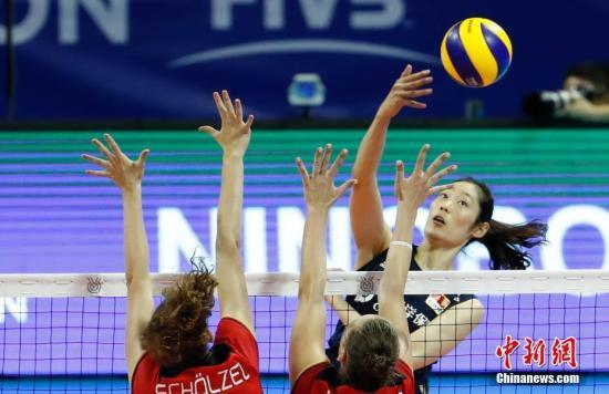 8月3日早,正在宁波北仑停止的东京奥运会女排资历赛中,中国女排以3比1打败德国女排,获得小组两连胜。图为墨婷正在吊球。 汤彦俊 摄