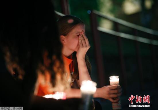 当地时间2019年8月3日,美墨边境,数百民众在墨西哥华雷斯和美国得州埃尔帕索一带的美墨边境,点燃蜡烛、用手机照明守夜,悼念埃尔帕索购物中心枪击案遇难者,呼吁美国政府严格控枪。