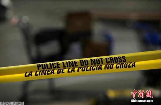 多名法律部分动静人士证明,被拘留的须眉是21岁的帕克?克缕艮斯。艾伦暗示,该嫌房帻日前曾正在收集上公布立功宣行,愤恨立功有多是枪脚的立功缘故原由,但警圆借需停止深切查询拜访。图警圆封闭现场。