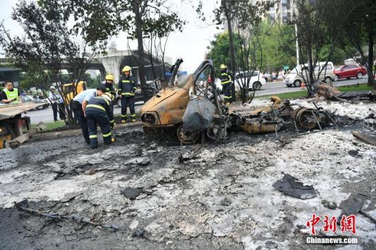 8月5日,成都市三环路成渝立交往航天立交方向主道上,一辆汽车起火后发生爆炸。张浪 摄