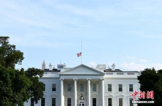 当地时间8月4日,美国白宫降半旗为24小时内接连发生的两起严重枪击案遇难者致哀。美国总统特朗普当天下令全美降半旗致哀5天。<a target='_blank' href='http://www.chinanews.com/'>中新社</a>记者 陈孟统 摄