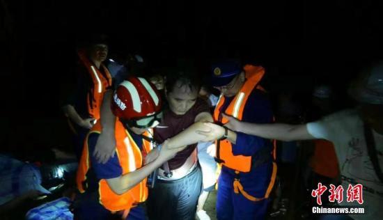鹤峰县全力开展山洪救援工作。鄂消宣 供图