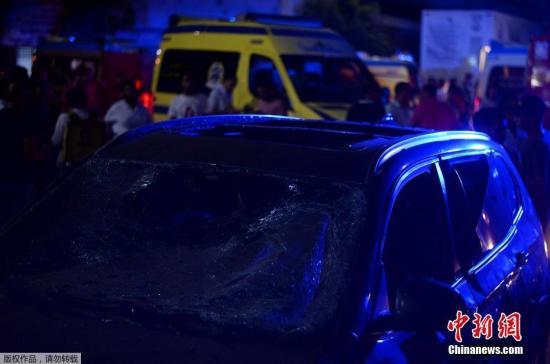 当地时间8月4日,埃及开罗国家癌症研究所外,人们正在扑救爆炸引发的大火。据报道,爆炸事件已造成17人死亡,32人受伤。这起爆炸由交通事故引发。目前,爆炸现场的大火已被扑灭,道路交通已恢复。
