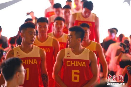 8月8日,中国男篮征战2019年国际篮联篮球世界杯的全新战袍公布。<a target='_blank' href='http://gastronomygal.com/'>中新社</a>记者 富田 摄