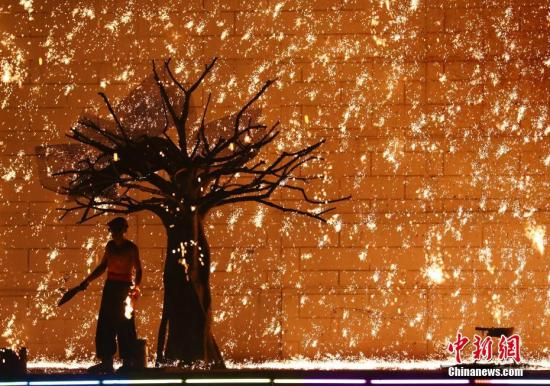 北京世界公园内的非遗打铁花展现了传统技艺的魅力。新闻网记者 赵隽 摄