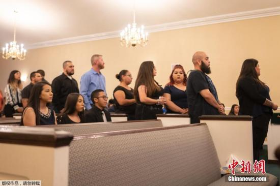 当地时间2019年8月8日,美国得州埃尔帕索,当地沃尔玛超市枪击案五天后,一名遇难者的朋友和家属在当地殡仪馆参加悼念活动。