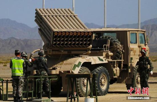"""8月9日,六国""""军械能手""""火箭炮修理赛在新疆库尔勒展开激烈角逐。来自中国、亚美尼亚、伊朗、哈萨克斯坦、俄罗斯、乌兹别克斯坦参赛队24名选手参加了火箭炮修理赛,所有参赛队均使用中方装备。据了解,当天比赛中国参赛队表现出色,用时最少。火箭炮是炮兵装备的火箭发射装置,可以多管连装,又称为多管火箭炮。图为中国参赛队完成组装任务,调试火箭炮。王小军 摄"""