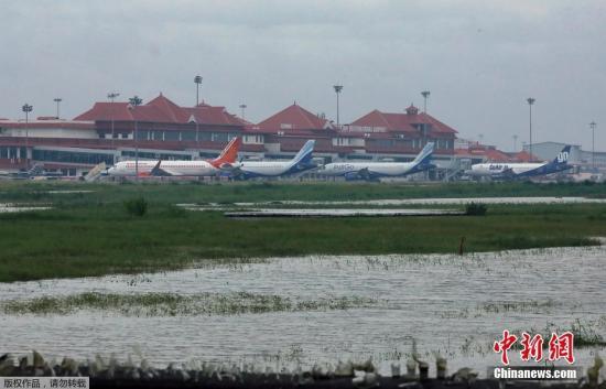 当地时间8月9日,印度喀拉拉邦科奇国际机场,大量客机停放在停机坪上,机场部分设施被洪水淹没。喀拉拉邦科奇国际机场国际机场已于当日关闭。近日,印度南部喀拉拉邦连续遭遇暴雨,导致超过20人死亡。