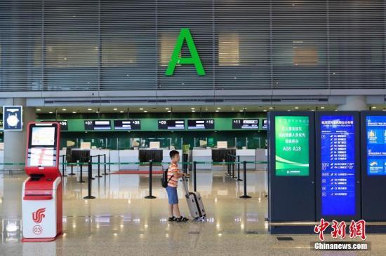 """8月10日,受台风""""利奇马""""影响,上海航班取消列车停运。殷立勤 摄"""