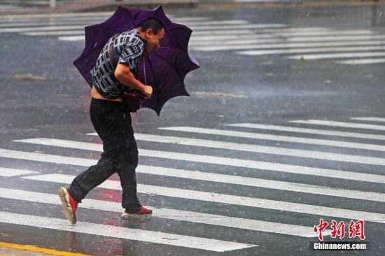 """台风""""利偶马""""去袭 上海公布暴雨橙色预警。a target='_blank' href='http://www.chinanews.com/'中新社/a记者 殷坐勤 摄"""
