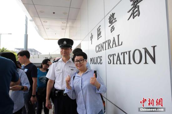 """图为市民响应""""全民撑警日""""活动。/p中新社记者 洪少葵 摄"""