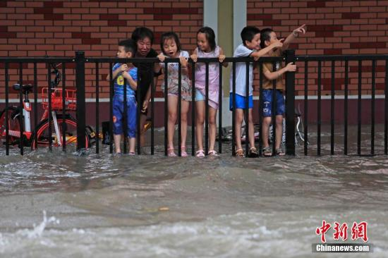 """资料图。台风""""利奇马""""影响上海。中新社记者 殷立勤 摄"""