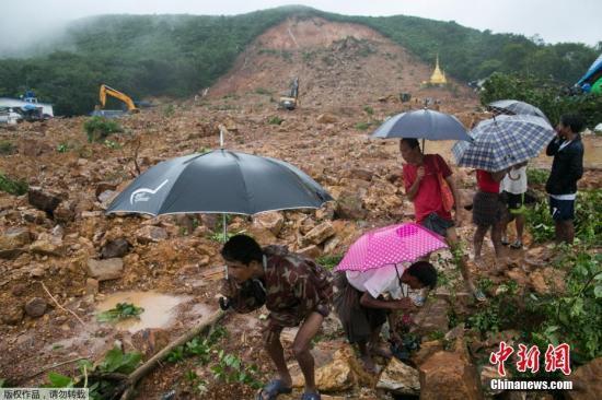 当地时间8月10日,缅甸孟邦省榜镇区,人们在发生山体滑坡现场看救援工作。据悉,缅甸孟邦省榜镇区9日因暴雨发生山体滑坡。目前,搜救人员仍在继续展开工作,以搜寻更多的幸存人员及遇难者遗体。
