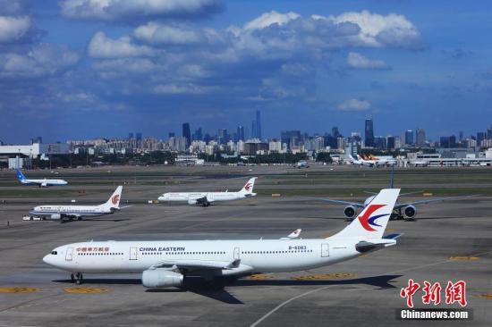 """在超强台风""""利奇马""""影响最大的8月10日,上海两大机场共取消航班1988架次,其中浦东1269架次、虹桥719架次。8月11日,随着台风影响减弱,两场与各驻场单位通力协作,全力做好航班运行恢复工作,目前机场运行起降已基本正常。殷立勤 摄"""