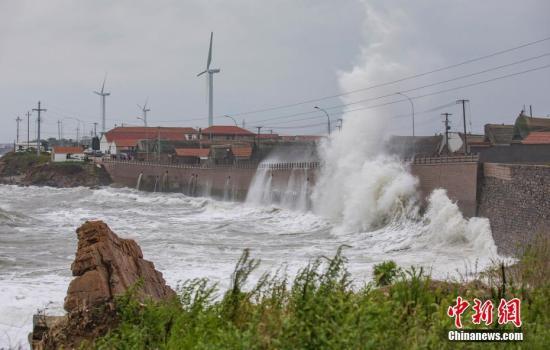 材料图:山东内地波浪超出跨越岸堤数米。李疑君 摄
