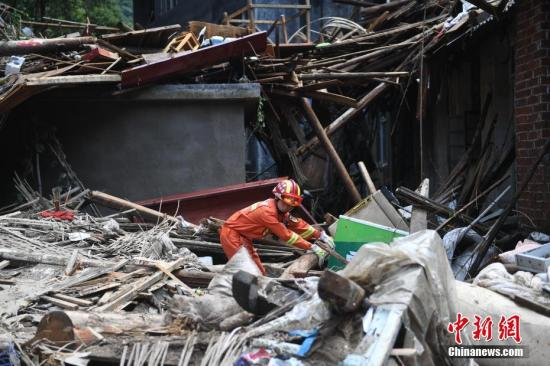 """8月10日凌晨,台风""""利奇马""""登陆浙江,狂风暴雨导致永嘉县岩坦镇山早村爆发山体滑坡,水位陡涨。中新社记者 王刚 摄"""