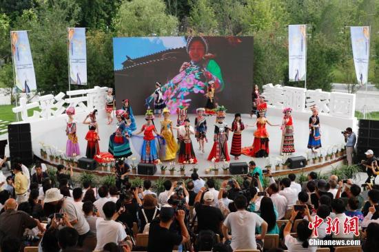 资料图:游客在北京世园会园区观看表演。中新社记者 韩海丹 摄