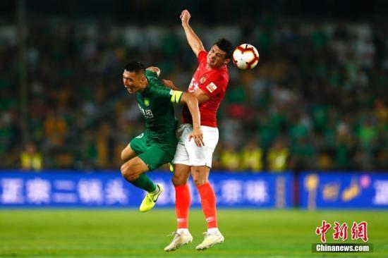 北京中赫国安球员于大宝(左)与恒大球员埃尔克森在比赛中拼抢。/p中新社记者 富田 摄